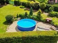 pohled na bazén z balkonu - chalupa k pronájmu Pivoň