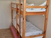 pokoj s patrovou postelí a přistýlkou