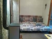 Rozkládací gauč v chatce