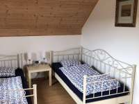 Ložnice v patře - rekreační dům k pronajmutí Labuť