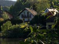 pohled z hladiny rybníka - rekreační dům k pronájmu Labuť
