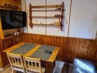 hlavní pokoj - jídelní stůl - chata k pronájmu Pňovany - Valečkův Mlýn