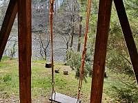 houpačka pod terasou - pronájem chaty Pňovany - Valečkův Mlýn