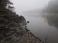 """profil břehu - ve """"výšce"""" poloostrůvek pro rybáře, foceno při nízké hladině vody - chata k pronájmu Pňovany - Valečkův Mlýn"""