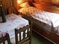 2.ložnice, lůžko s retro lampičkou - chalupa k pronájmu Skalná