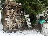 dřevo na topení - chalupa k pronájmu Skalná