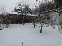 východní zahrada v zimě - chalupa k pronajmutí Skalná