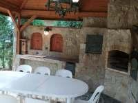 altánek - venkovní posezení s možností grilování, uzení či pečení domácí pizzy - chalupa k pronajmutí Poděvousy