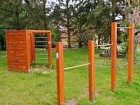 dětské hřiště vedle domu - Poděvousy