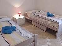 ložnice - 2 oddělené postele - chalupa k pronajmutí Poděvousy