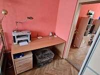 stůl v ložnici - chalupa k pronájmu Žihle