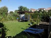 Zahrada s trampolínou.