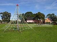 Chalupa Racov - hřiště naproti domu pyramida -