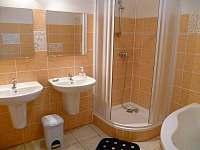 Chalupa Racov - koupelna 1 umyvadla a sprchový kout