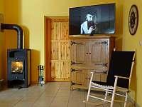 Chalupa Racov - obývák krbová kamna a TV - k pronájmu