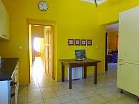 Chalupa Racov - pohled z kuchyně přes zadní chodbu do ložnice 4