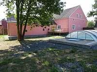 Chalupa Racov - pohled ze zahrady na dům a bazén
