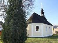 kostelík na návsi Kundratice