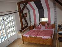 ložnice v patře pro 2 - 3 osoby