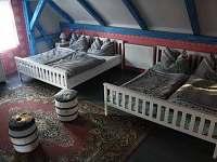 ložnice v patře pro 6 osob, z toho 2 původní dřevěné postele