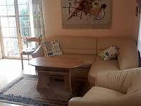 Obývací pokoj - chalupa k pronájmu Rabštejn nad Střelou