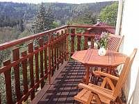 Posezení na balkoně - pronájem chalupy Rabštejn nad Střelou