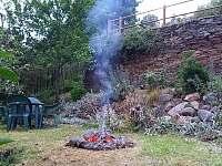 Spodní zahrada s ohništěm - Rabštejn nad Střelou