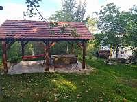 venkovní posezení - chalupa k pronájmu Hleďsebe - Bystřice
