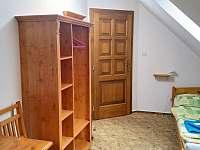 Pokoj v podkroví - pohled od okna - chalupa k pronájmu Česká Bříza