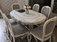Jídelní stůl - pronájem apartmánu Karlovy Vary