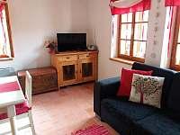Obývací pokoj s kuchyňským koutem - chalupa k pronájmu Stropčice
