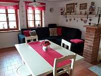 Obývací pokoj s kuchyňským koutem - chalupa ubytování Stropčice