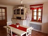 Obývací pokoj s kuchyňským koutem - pronájem chalupy Stropčice
