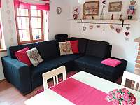 Obývací pokoj s kuchyňským koutem - chalupa k pronajmutí Stropčice