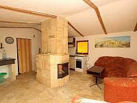 obývací pokoj s krbem - chata k pronájmu Těchoděly