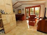 obývací pokoj se vstupem na terasu - chata k pronajmutí Těchoděly