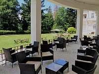 Venkovní kavárna se zahradou
