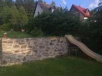 zahrada pro děti - apartmán k pronájmu Nové Hamry