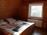 První ložnice s manželskou postelí v horním patře
