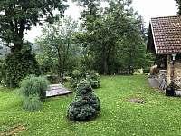 Dvorek s ohništěm - chalupa k pronajmutí Soběšice u Sušice