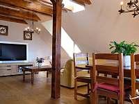 Jídelna a obývací pokoj - chalupa ubytování Smederov