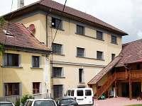 Galerie a zaparkovaná auta ve dvoře - chalupa k pronájmu Osvračín