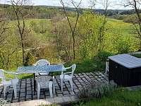 Posezení na zahradě - výhled do údolí Klabavy - jaro - chalupa k pronajmutí Chrást u Plzně
