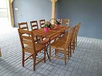 Kryté sezení v dřevěné přístavbě - chalupa k pronajmutí Krsy