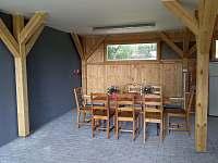 Kryté sezení v dřevěné přístavbě - chalupa k pronájmu Krsy
