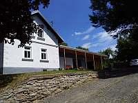 Pohled na dům z přístupové cesty - chalupa k pronájmu Krsy