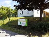 Pohled na dům z přístupové cesty - chalupa ubytování Krsy