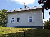 Pohled na dům z přístupové cesty - chalupa k pronajmutí Krsy
