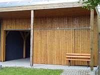 Venkovní posezení u dřevěné přístavby - chalupa ubytování Krsy