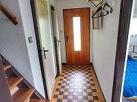 Chodba v přízemí. Vpravo dvojlůžkový pokoj, vlevo sprcha a záchod - pronájem chaty Hracholusky